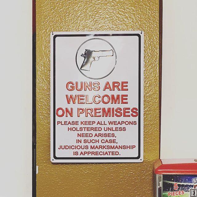 Im Burger-Restaurant sind Waffen willkommen. #utah #roadtrip #guns